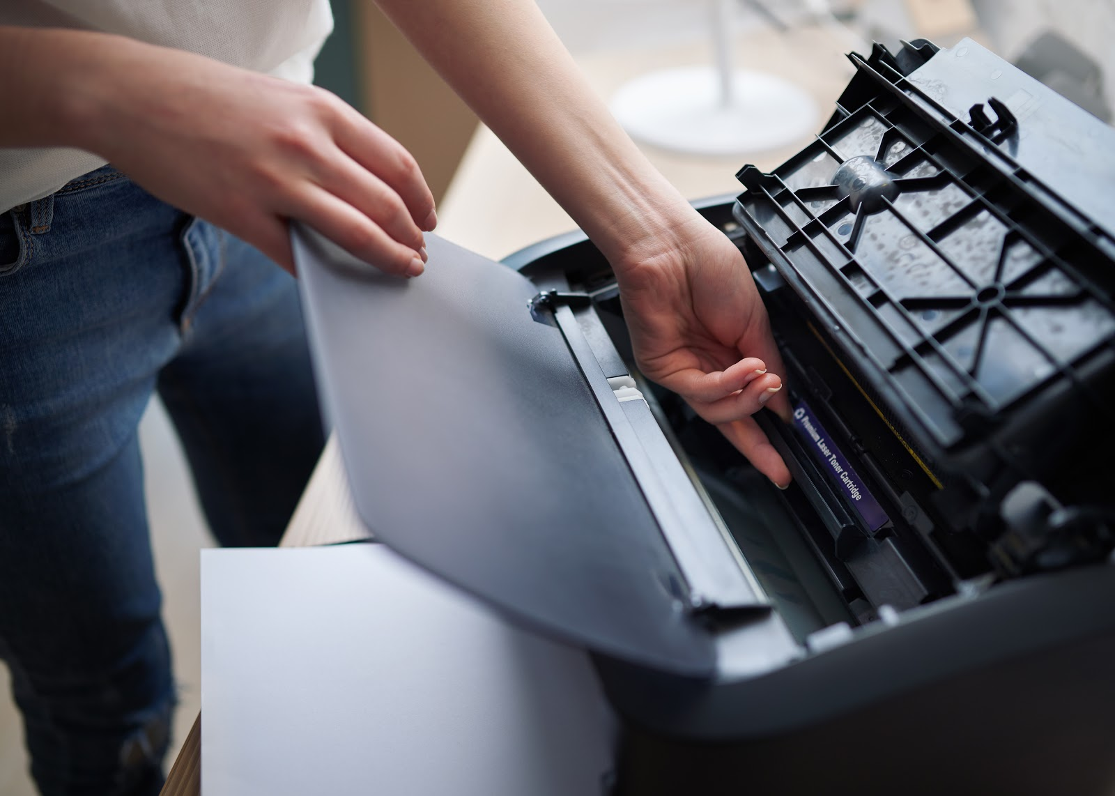 replacement-of-the-cartridge-in-laser-printer-UVW6XAC-1