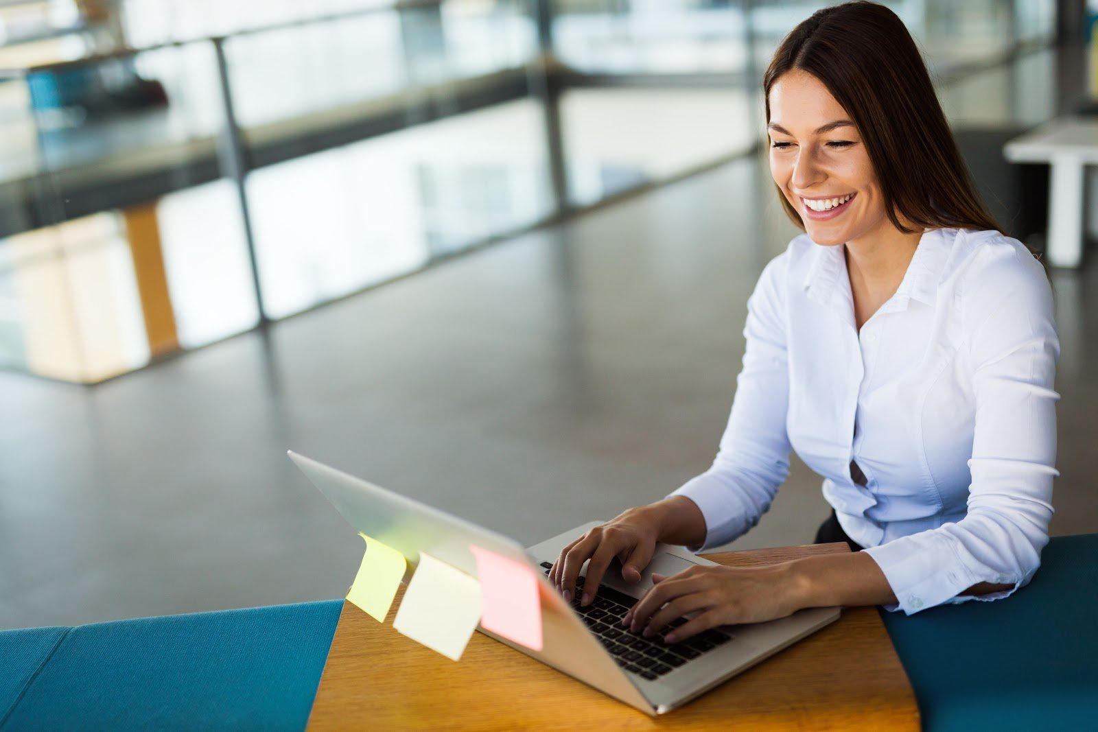portrait-of-businesswoman-working-on-computer-in-9AXP6MC